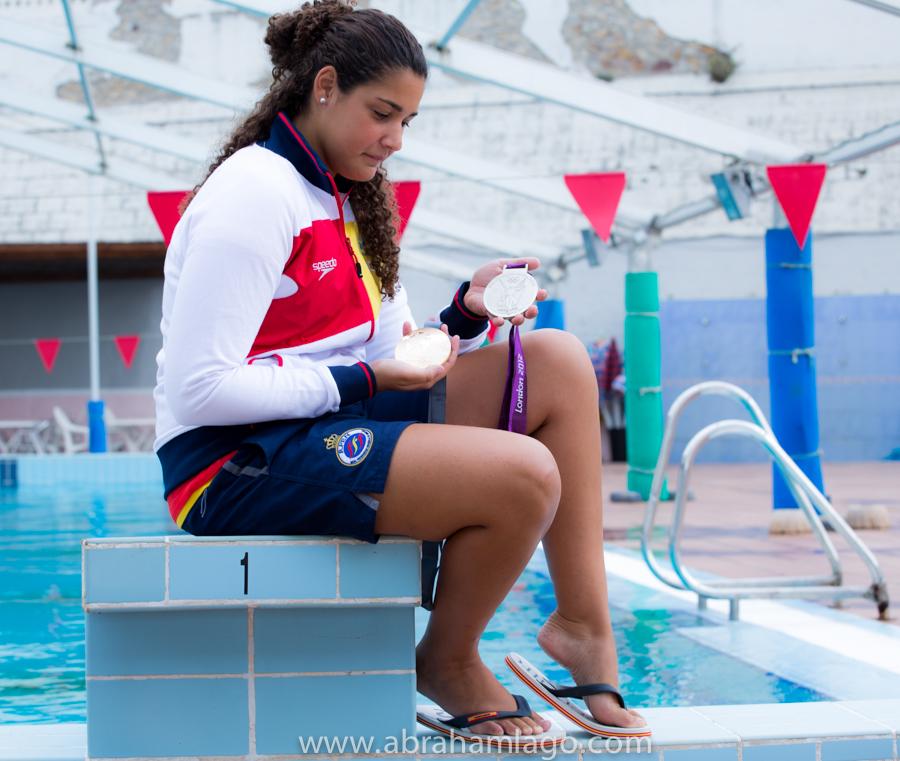 Lorena Miranda, con dos de sus medallas con España